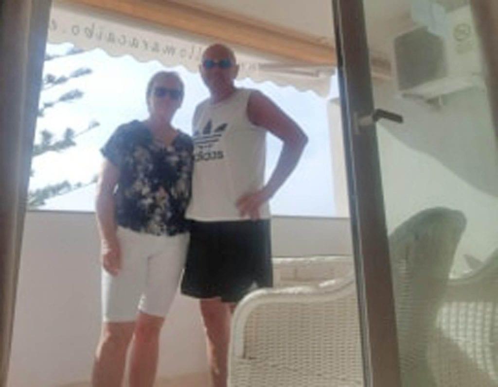 Målfrid Giske Fiksdal og Karsten Fiksdal kjem heim frå Gran Canaria og går rett i to vekers karantene. (Foto: Privat)