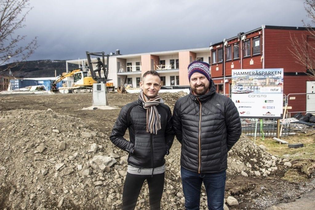 Eigedomsmeklar Frank Fylling i Notar (t.v) og utbyggar Bjørn Vegard Løvik ser fram til ferdigstilling av Hammeråsparken.