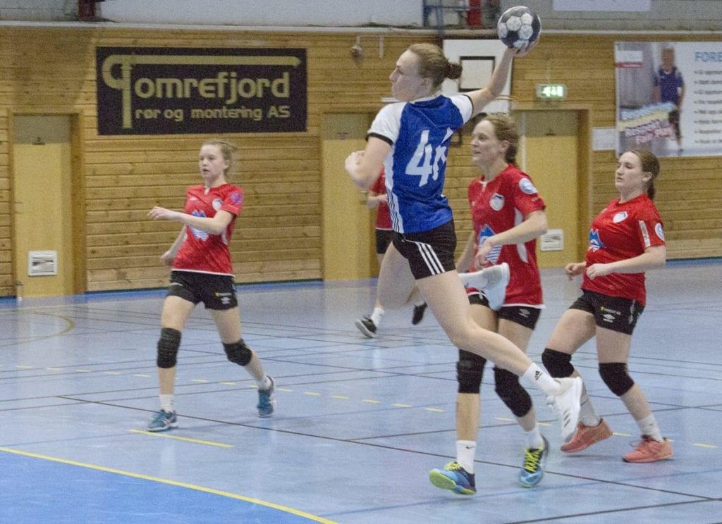 Kristine Vike Nerås på Vestnes Varfjell IL kastar seg inn i feltet og scorar mål