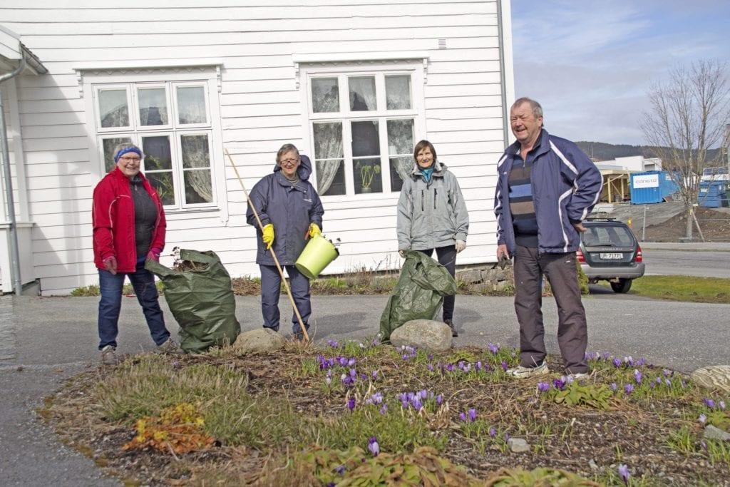 Dugnad i hagen ved frivilligsentralen