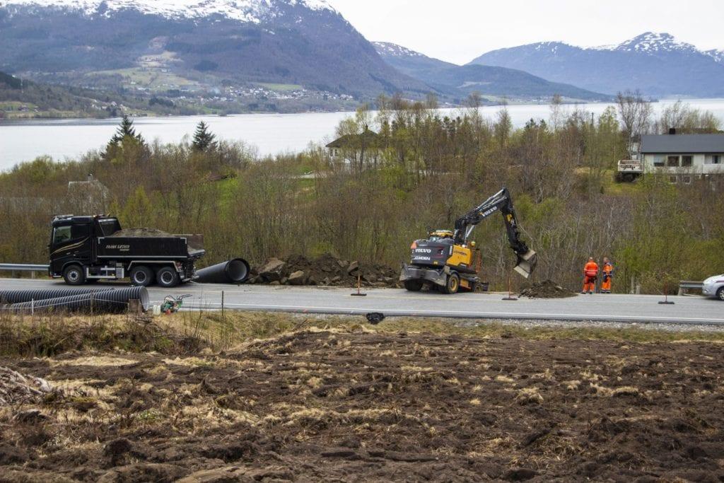 Entreprenør J.O Moen var tysdag ettermiddag i full gang med å reparere skaden på fylkesveg 661 i Tomrefjord.