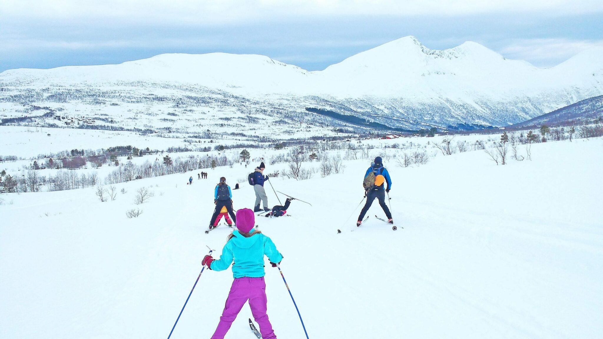 Folk på ski ned Måslia