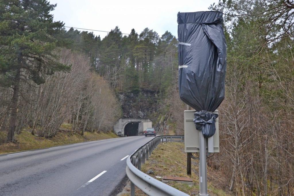 Varslingssystemet ved Hjelviktunnelen er ute av drift. På grunn av coronautbruddet tar det tid å få det reparert.