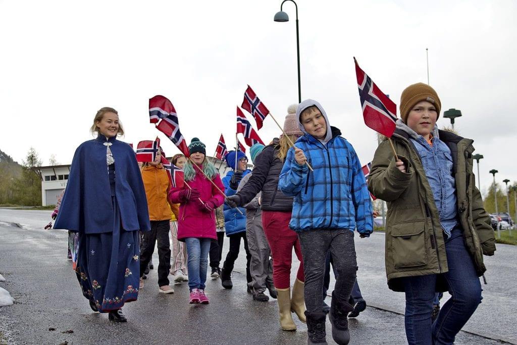 Elevar med vaiande flagg