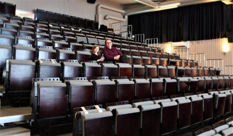 Det var ingen problem med å halde avstand på søndagens førestilling på Tomrefjord kino.