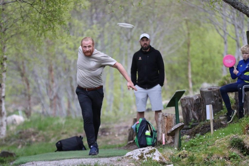 Kristofer Hivju testa frisbeegolfbanen på Øverås. (Foto: Jostein Håland)