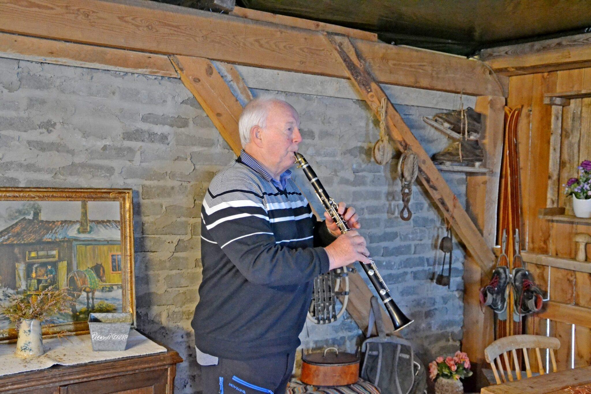 Peder speler klarinett