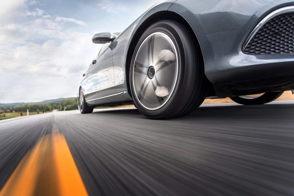Dekkekspert i Nokian Tyres, Kjetil Røssel, advarer mot å beholde de piggfrie vinterdekkene på gjennom sommeren og anbefaler alle å bytte til sommerdekk. Foto: Nokian