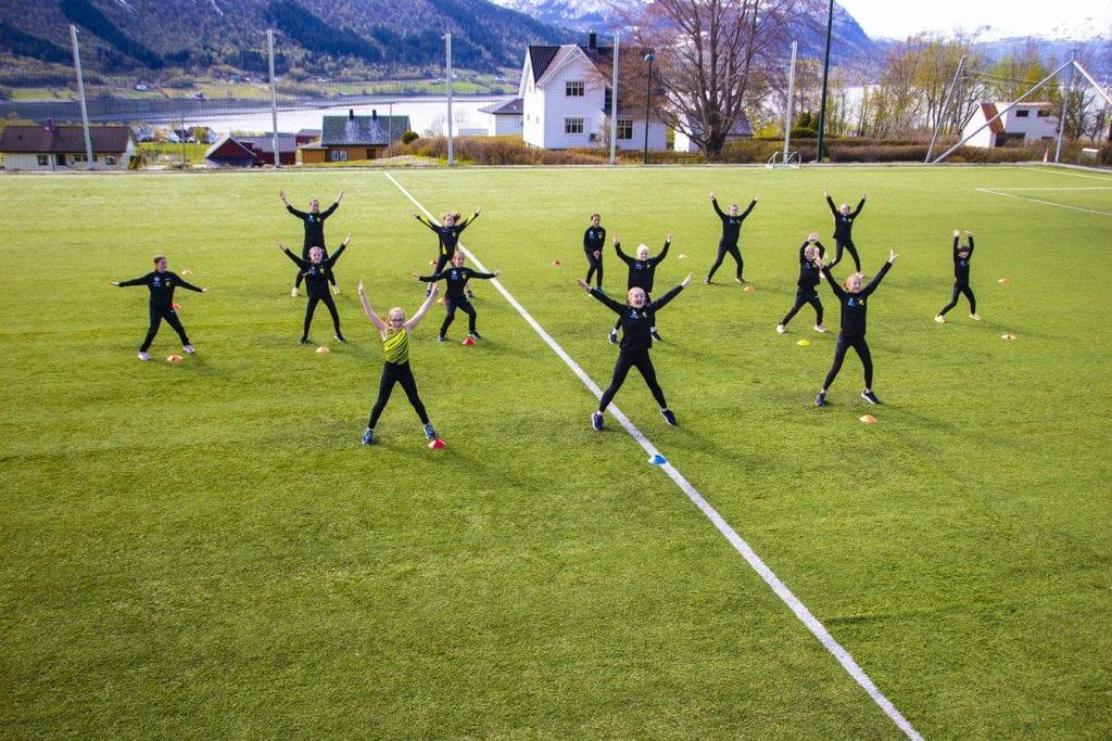 Turngruppa i Tomrefjord Idrettslag øver på dansen.