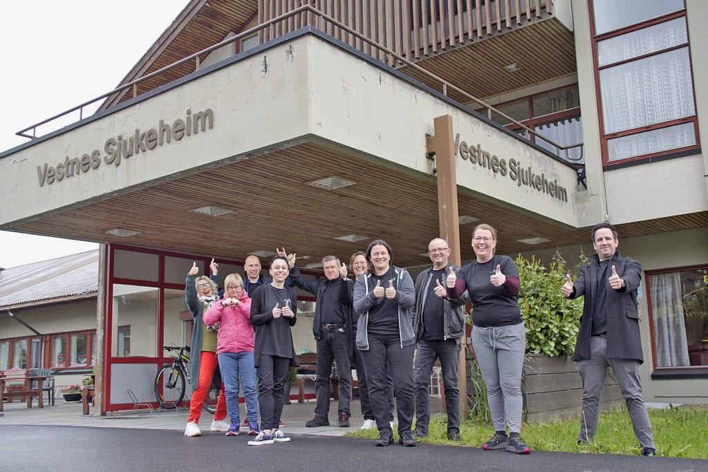Lærarar frå Vestnes kulturskule ved Vestnes sjukeheim.