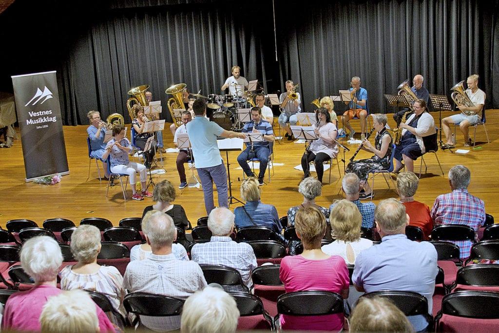 Vestnes musikklag i aksjon på Myra kulturbygg