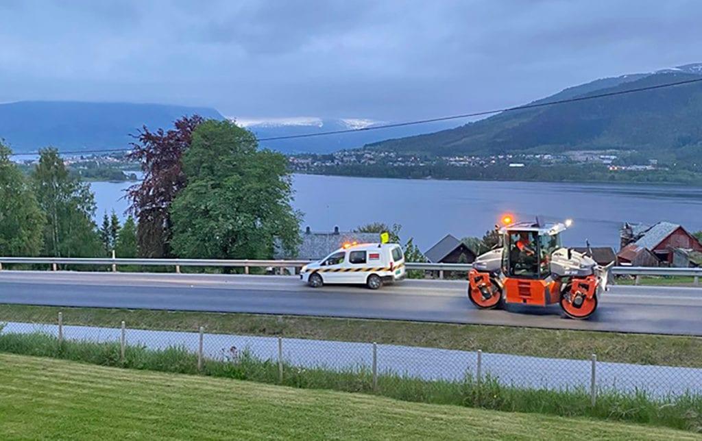 Asfalteringsarbeidet på fylkesveg 661 er i gang. (Foto: Privat)