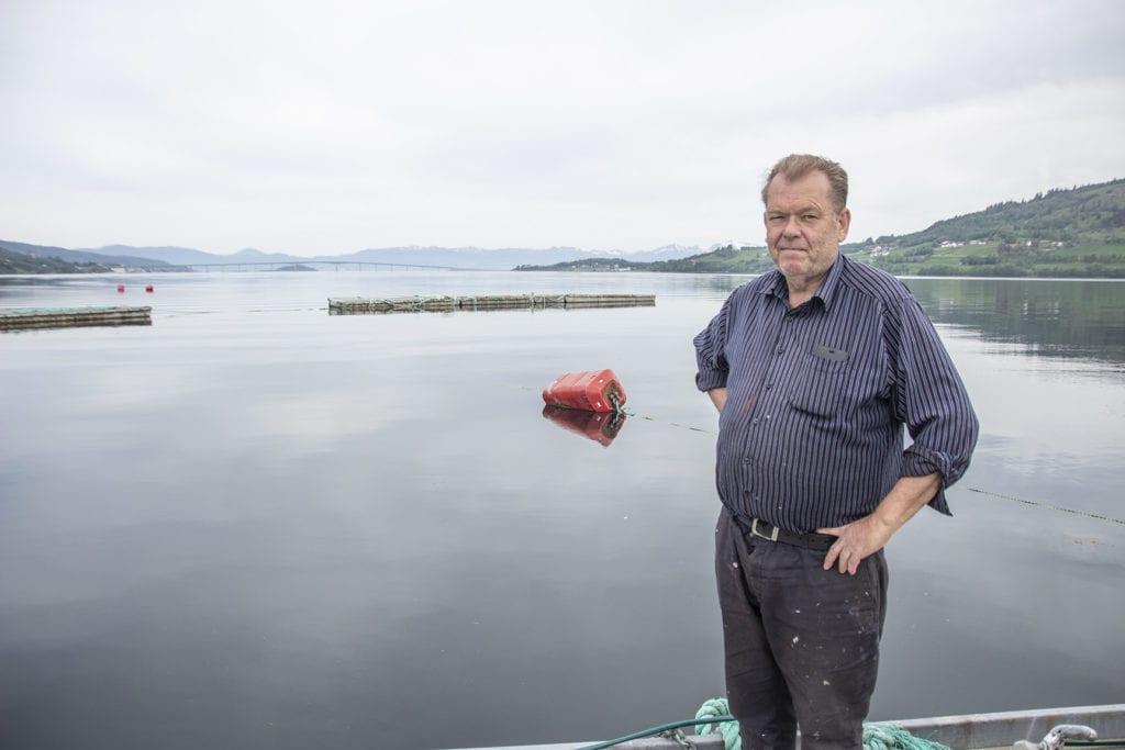 Dagfinn Wiik (Pensjonistpartiet) tok seg pause i vårpussen på båten for å seie si meining om startlånordning i Vestnes.