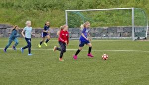 Fotballjenter i Vestnes idrettspark.