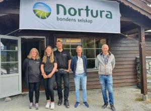 Inger Marie, Sofie og Kai Talberg, her saman med Jarle Ness og Arne Russenes frå Nortura Medlemsbutikk Førde.
