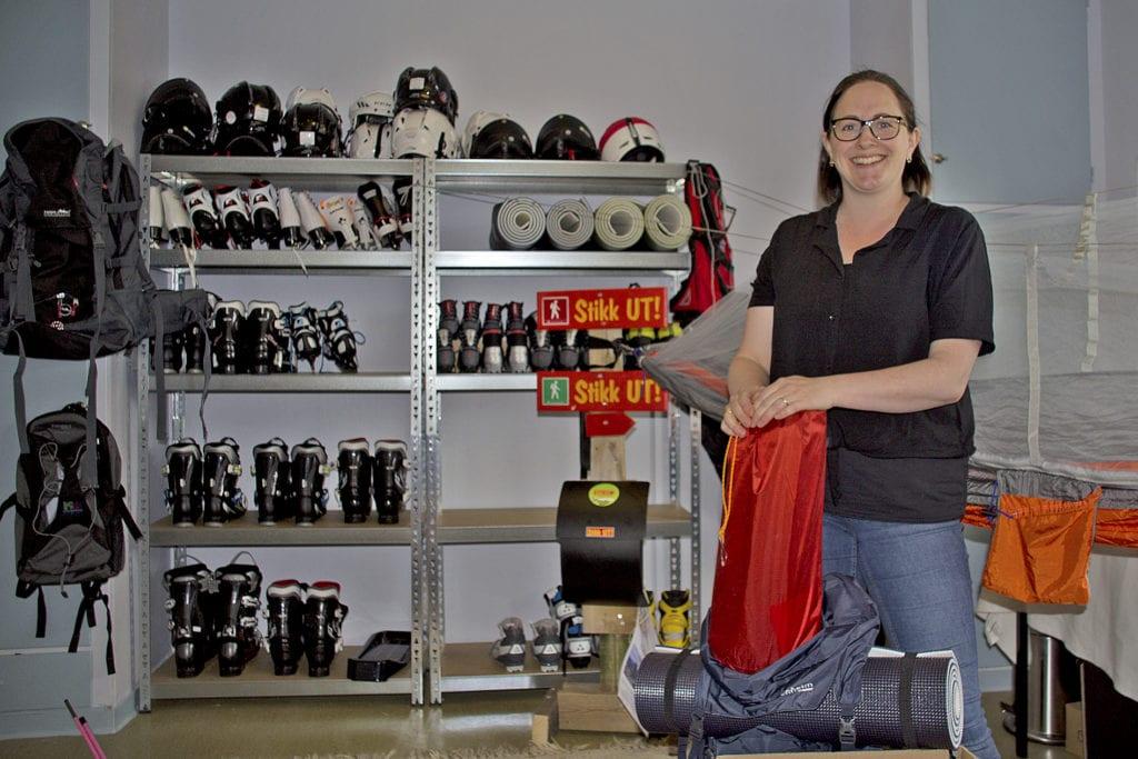 Karianne Bergset Austnes viser fram noko av det nyet utstyret som Frivilligsentralen har kjøpt inn.