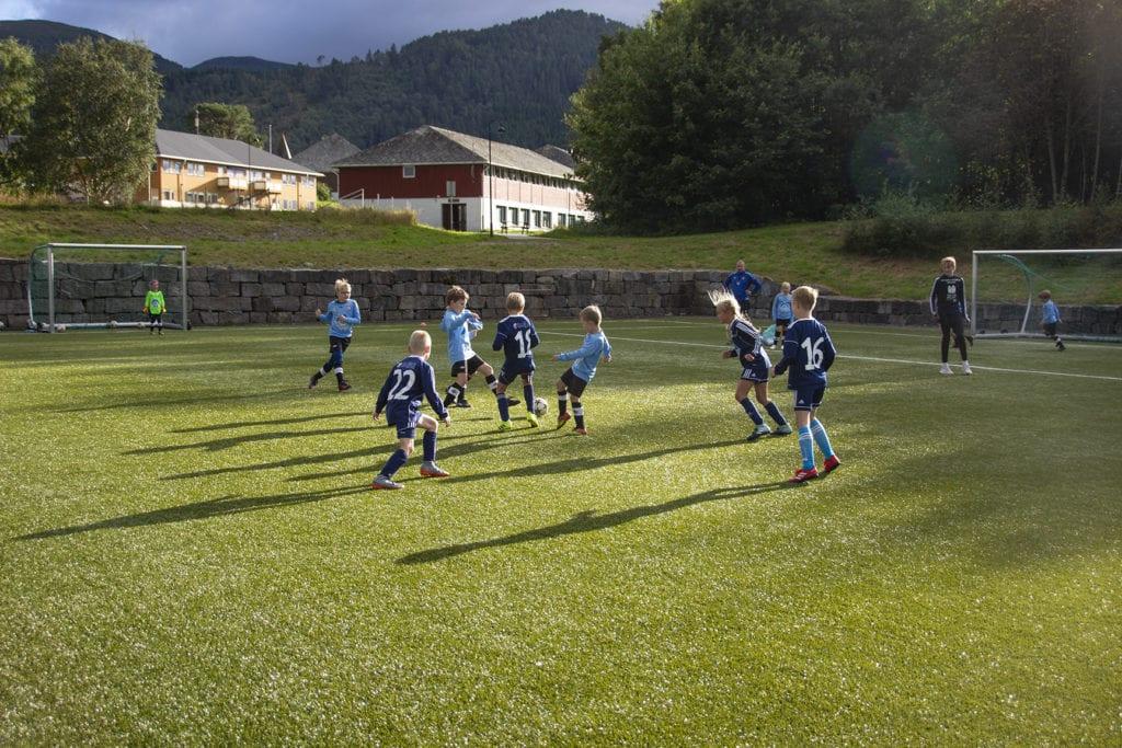 Vestnes Varfjell (mørkeblå drakter) og Fiksdal/Rekdal (lyseblå drakter) møttest til lokaloppgjer onsdag kveld.