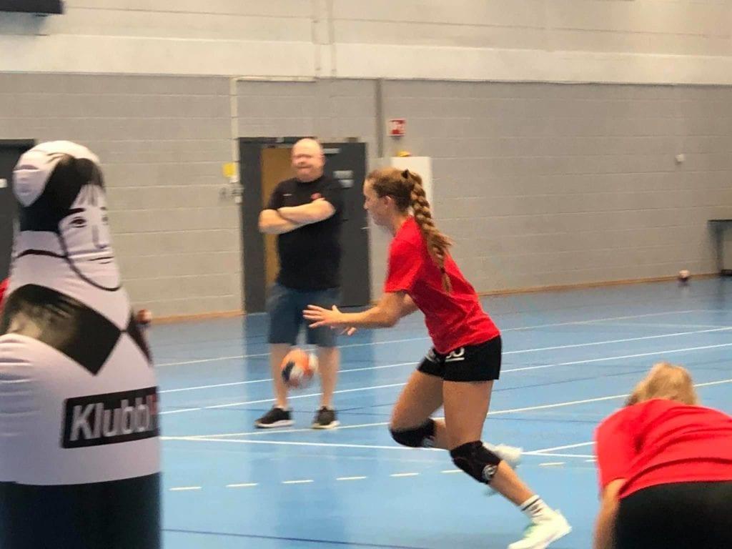 Ingrid Helene Vikås i full gang på handballbanen. (Foto: Privat)