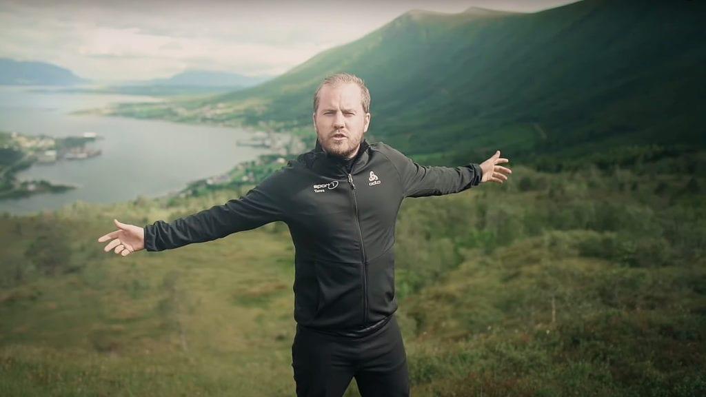 Knut Marius i fjella ovom Tomrefjord.
