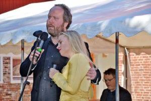 Hallvar Djupvik og Stephanie Lippert Djupvik på utandørsscena på Gjermundnes