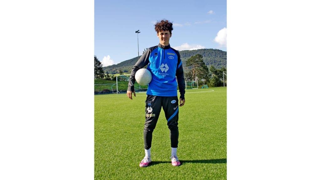 Oscar Rekdal Misfjord med ball i Vestnes idrettspark
