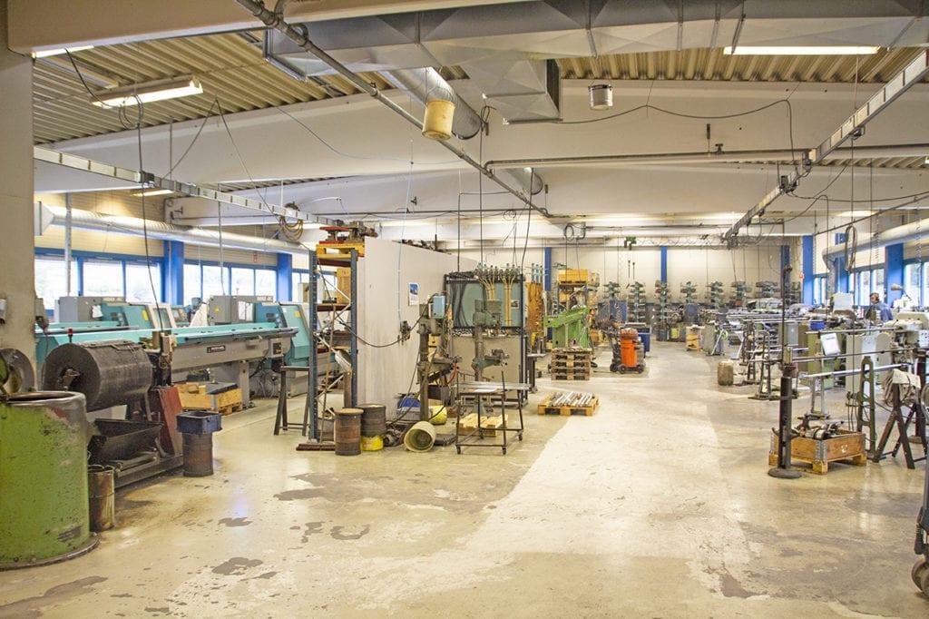 Produksjonshallen til E Christensen husar mange maskinar, men er liten og oversiktleg.