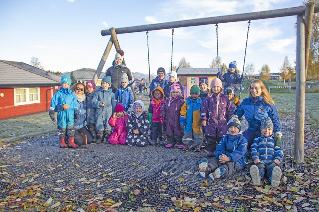 """Ungane på Sjøstjerna storkosa seg ute og viste ivrig fram alt dei hadde laga. I bakgrunnen står utekinoen i """"FN-hytta""""."""