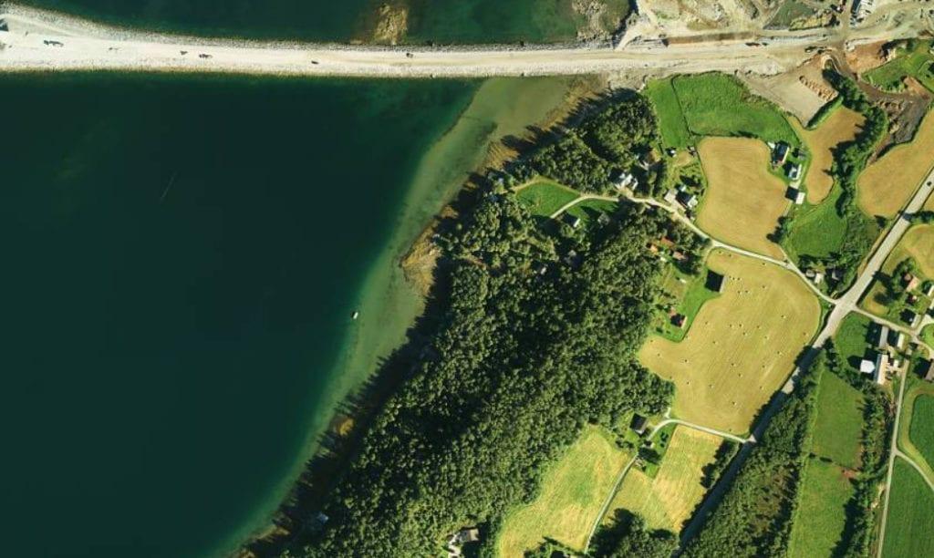Fylkesmannen i Møre og Romsdal klagar på vedtak om dispensasjon frå arealdelplanen for bygging av eit naust i strandsonen i Kråknesbukta sør for Tresfjordbrua. (Kartutsnitt: Gulesider.no)