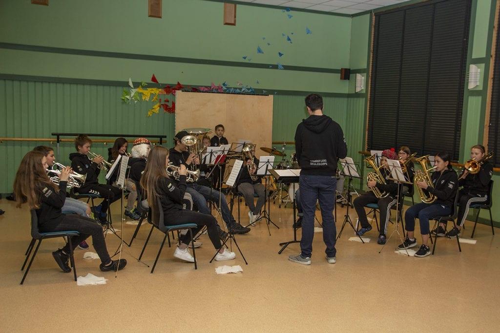Tomrefjord skulekorps presenterte ulike instrument og spelte tre låtar på rekrutteringskonserten.