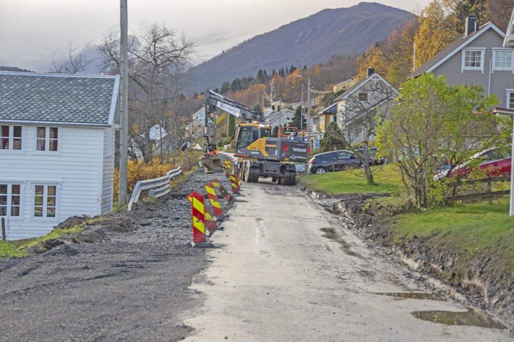 Berre halve vegen vert asfaltert etter gravearbeidet med dei nye elektriske kablane mellom Kjelbotn og Furneset. Her frå Brastadstranda.