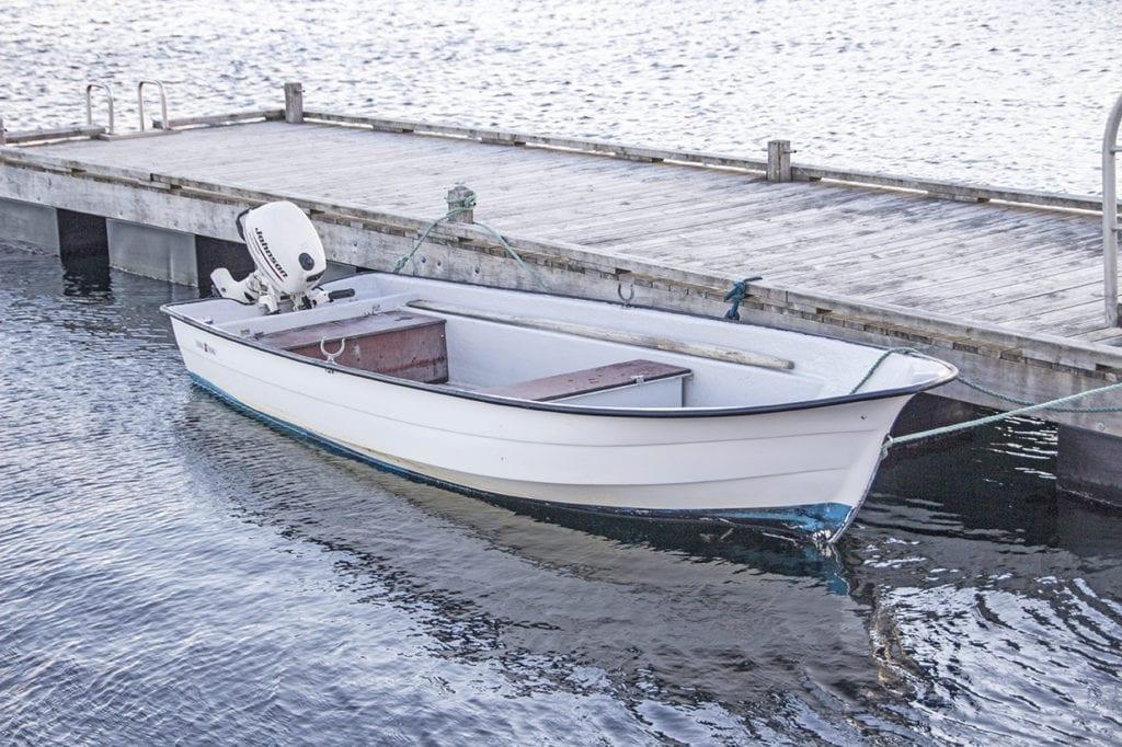 Båten vart berga til land av Vestnes brannvesen i morgontimane måndag.