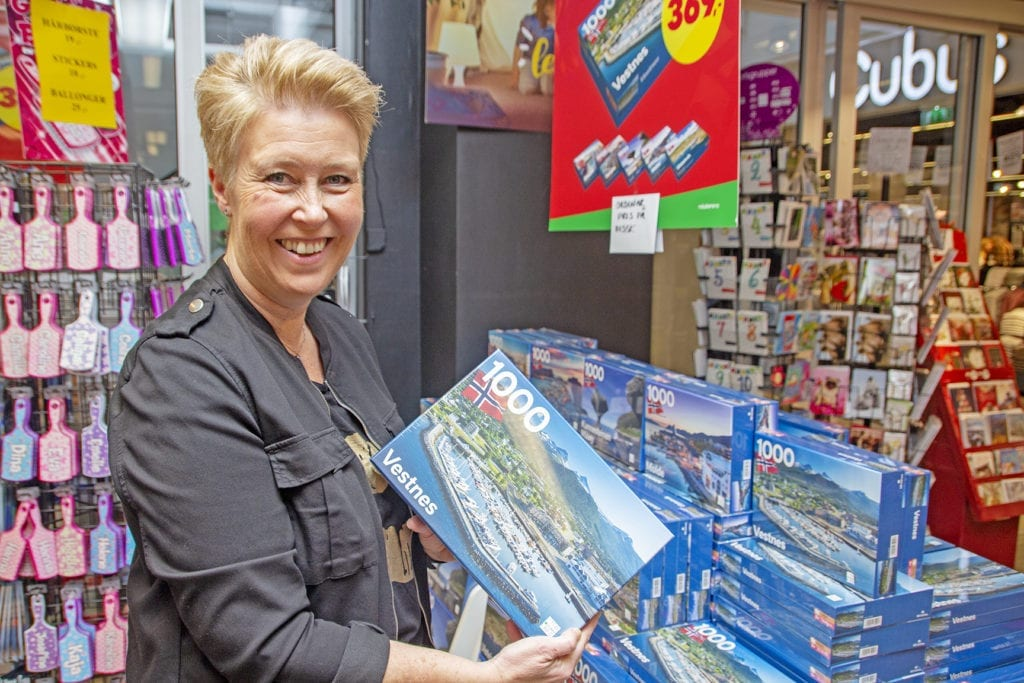 May Britt Eik på Notabene Vestnes reknar med at puslespelet vert ein populær julegave i år.