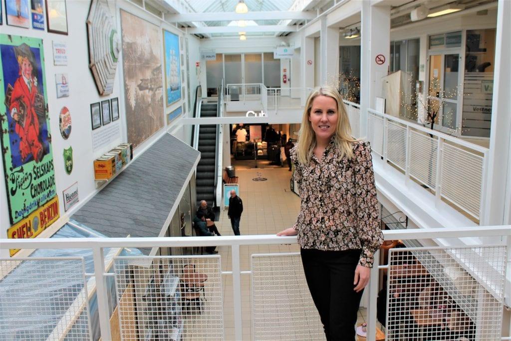 Kathrine Klokset er ny senterleiar ved Vestnes Brygge, og har som mål å fylle opp tomme lokale og skape meir liv på kjøpesenteret.